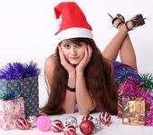 привлекательные молодая девушка с рождеством яркие подарки — Стоковое фото