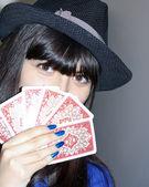 Leuke mooie vrouw in pensiveness met kaart batch — Stockfoto