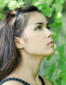 Retrato de la joven muchacha hermosa linda anhelo en follaje outdoo — Foto de Stock