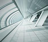Corridor large spacieux dans la promenade de l'aéroport contemporain — Photo