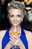 Mooie vrouw met een glas wijn — Stockfoto