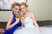Die Braut und ihre Brautjungfern mit einem Glas Wein — Stockfoto
