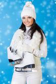 Mulher bonita em roupas de inverno com patins. — Foto Stock