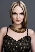 Piękna kobieta z bardzo długich włosów. — Zdjęcie stockowe