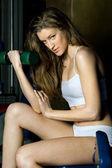 Güzel bir kadın ile spor kulübü halter egzersiz. — Stok fotoğraf