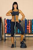在体育俱乐部锻炼的美丽女人. — 图库照片
