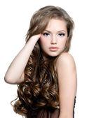 Hermosa chica adolescente con pelo largo y rizado — Foto de Stock