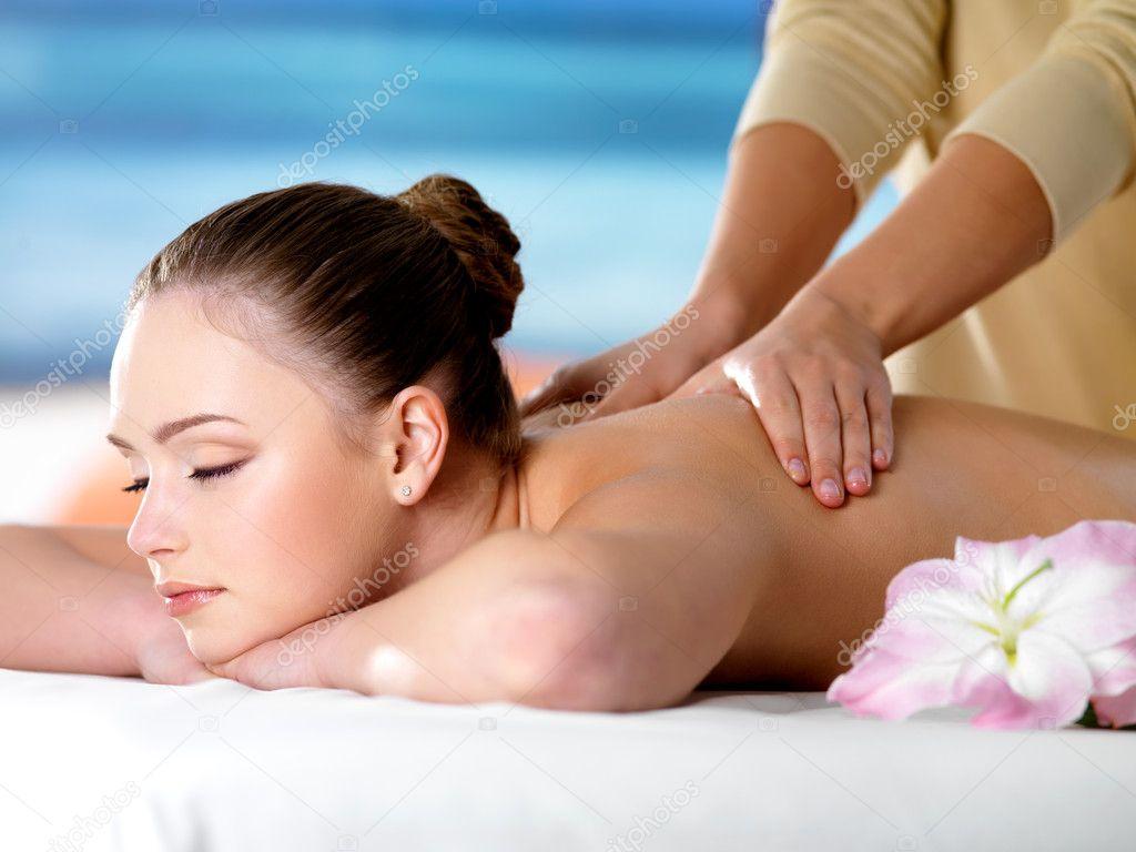 моладая красивая девочка на массаж