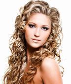 Linda mulher com cabelos compridos de beleza — Foto Stock