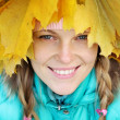 Young woman in autumn leaves — Stockfoto