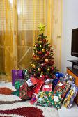 árvore de natal com pacotes de presente — Foto Stock