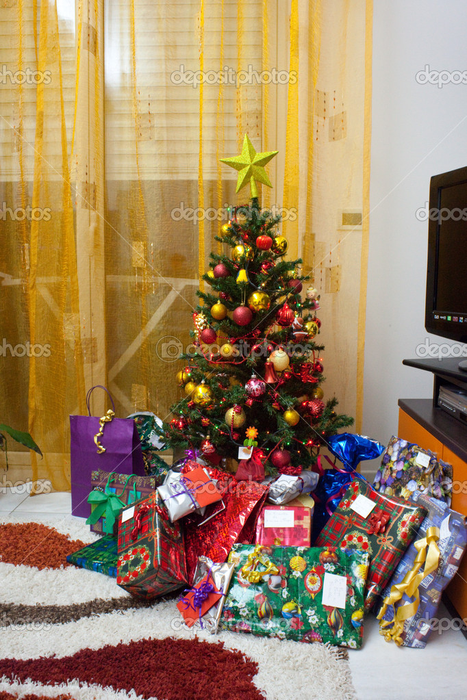 Christmas tree with gift packages — Stock Photo #7150874