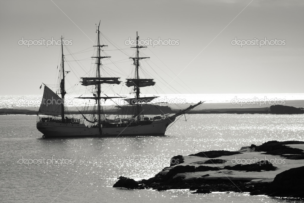 Sailing ship at dawn among the icebergs in Antarctica — Stock Photo #6818483