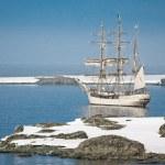 Sailing ship among the icebergs — Stock Photo