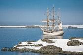 парусный корабль среди айсбергов — Стоковое фото