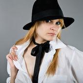 一个戴黑帽子的女孩 — 图库照片