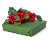 Gift with floral decor. Flowers are artificial. — Foto Stock