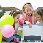 drie meisje speelt in het park — Stockfoto