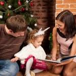 šťastná rodina u vánočního stromu — Stock fotografie