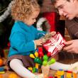 klein meisje en haar vader in de buurt van de kerstboom — Stockfoto
