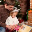 holčička s otcem u vánočního stromu — Stock fotografie