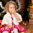 Preaty little girl eating tangerine - Foto de Stock