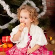 Preaty little girl eating tangerine - Stockfoto