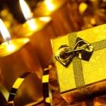 bougies de Noël or et boîtes cadeau or — Photo