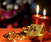 рождественские свечи и подарочные коробки — Стоковое фото