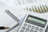 A calculadora e o relatório financeiro azul em tons — Foto Stock