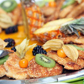Kleine Schnitzel - small chips with kiwi — Stock Photo