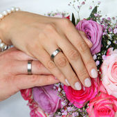 Hands of a bride and groom with wedding rings — Stock Photo