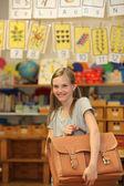 Mutlu kız okulunda okul çantası. — Stok fotoğraf