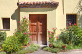 Small courtyard and wooden door in Roddi, Italy. — Stock Photo