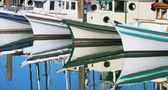 łodzie motorowe odbicie w wodzie stojącej. — Zdjęcie stockowe