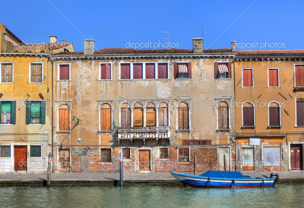 Old multicolored houses along small canal in Venice, Italy. — Stock Photo #7728478