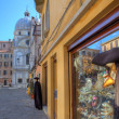 Mannequin and souvenir shop on plazza in Venice. — Stock Photo