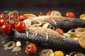 Grilled trout with tomato, garlic and lemon slices — Stock Photo
