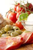 与萨拉米香肠、 橄榄和番茄地中海早餐 — 图库照片