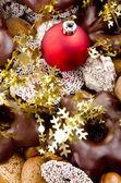 Kerstmis plaat met snoep en gouden, feestelijke decoratie — Stockfoto