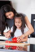 мать учит дочь готовить — Стоковое фото