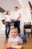 счастливый ребенок, играя на этаже — Стоковое фото