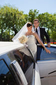 Wedding Couple with Limousine — Stock Photo