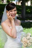 Невеста на сотовый телефон — Стоковое фото