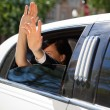 Wedding Couple Wave from Limo — Stockfoto