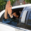 Foto Stock: Wedding Couple Wave from Limo