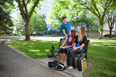 キャンパス内で勉強している学生 — ストック写真