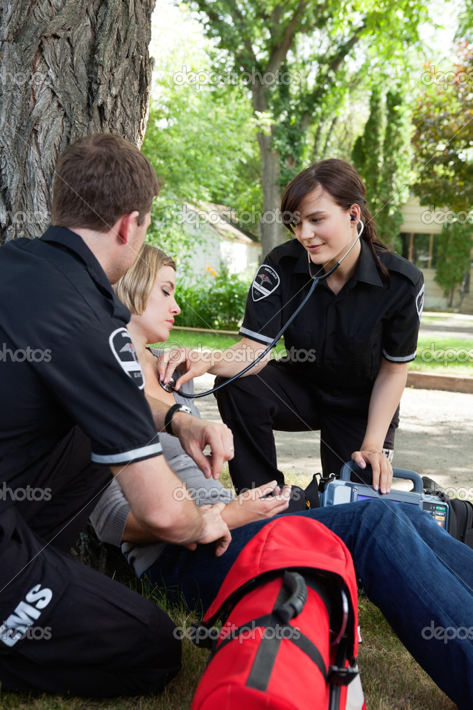 Emergency medical service attending to a injured patient — Stock Photo #6989275