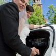 Newly Wed Couple enter Car — Stock Photo