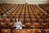 Ung student vid universitetet — Stockfoto